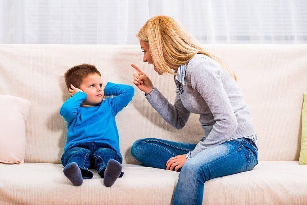 ребенок дерется с мамой